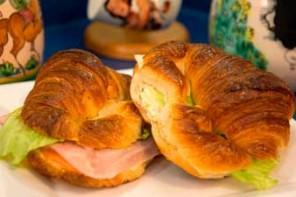 Sandwich Croissant de Jamon y Queso y Ensalada de Huevo